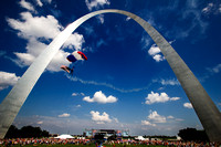 4th of july stunt parachutist and gateway arch st louis